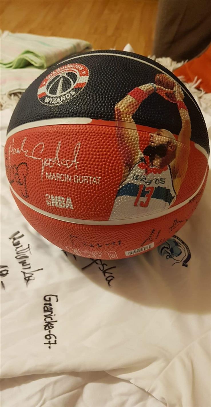 Piłka do kosza z autografem Gortata