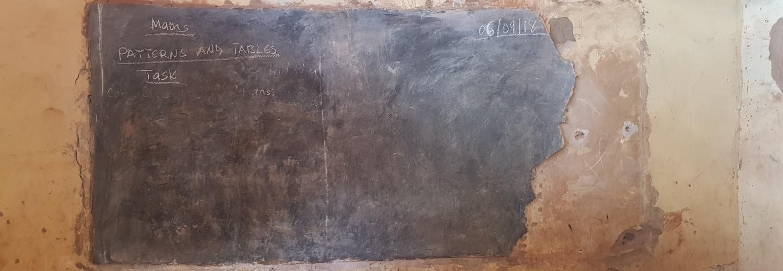 Odnowienie tablic w szkole Mujo's w Lindzie