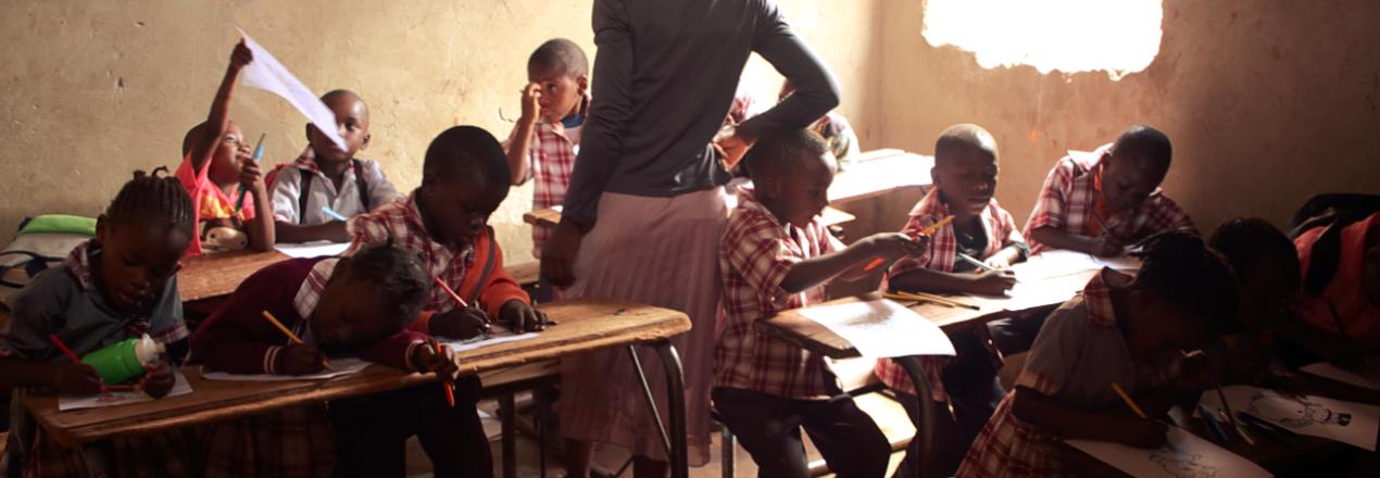 Ławki i tablice dla szkoły w Lindzie - Zambijskim slamsie