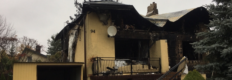 Rozbiórka spalonego domu