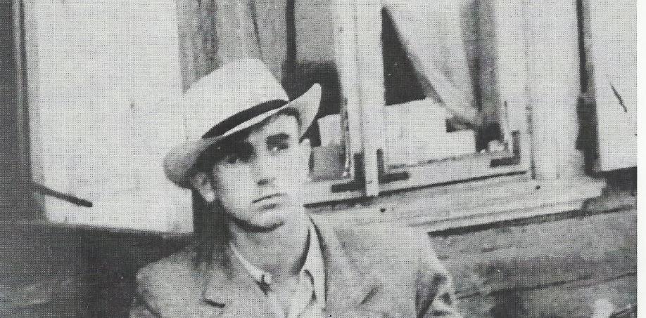 Młody  Czesław Wydrzycki (późniejszy Niemen) na tle swojego rodzinnego domu w Wasiliszkach.Koniec lat 50-tych.Autorem zdjęćjest mieszkaniec rodzinnej wsi.