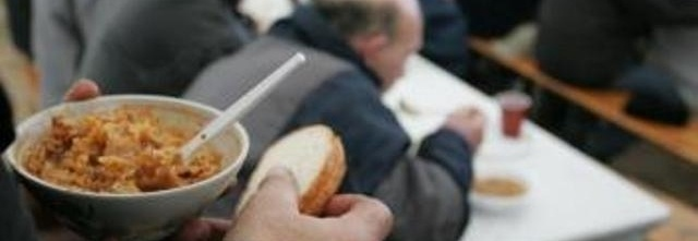 Ciepły posiłek dla osób bezdomnych