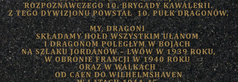 Ufundowanie tablicy poświęconej Dywizjonowi Rozpoznawczemu i 10 Pułkowi Dragonów.